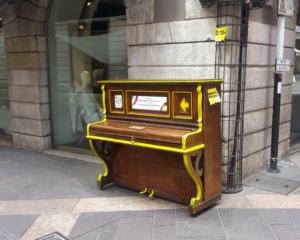 Hai suonato un'opera d'arte grafica campagna pubblicitaria pianoforte